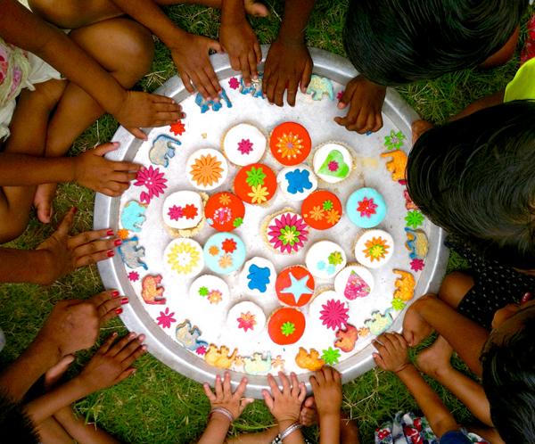 Ayuda a los niños de Basundhara con el taller de cookies solidarias